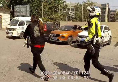 外地游客嬰兒受傷 鐵騎隊員一路安全護送